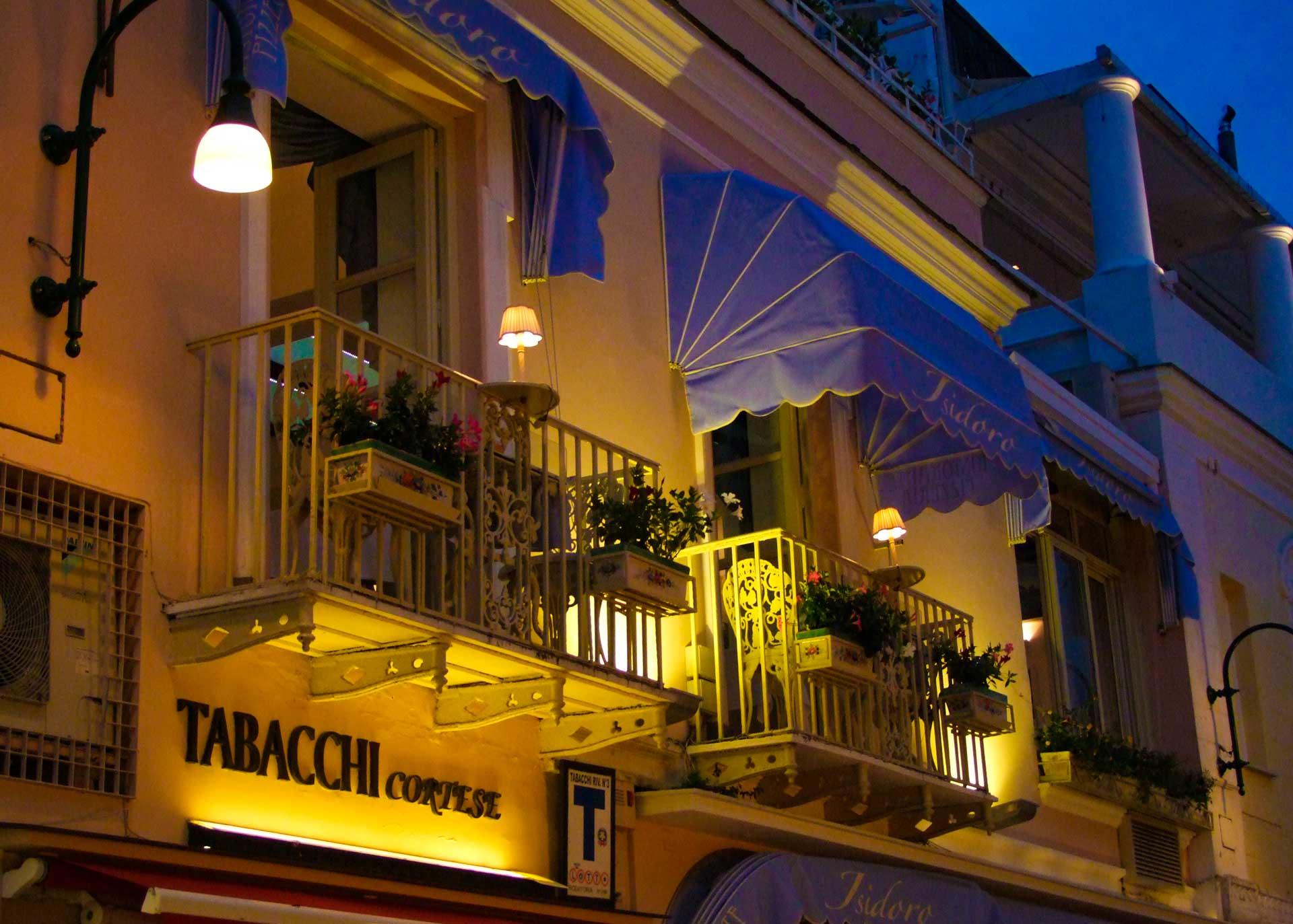 Stadsvandring med fasad på Capri Italien under konferensresa
