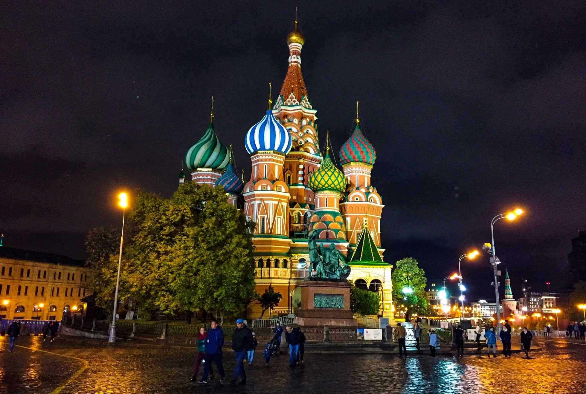 Kvällsvandring framför Vasilijkatedralen, Röda torget Moskva Ryssland
