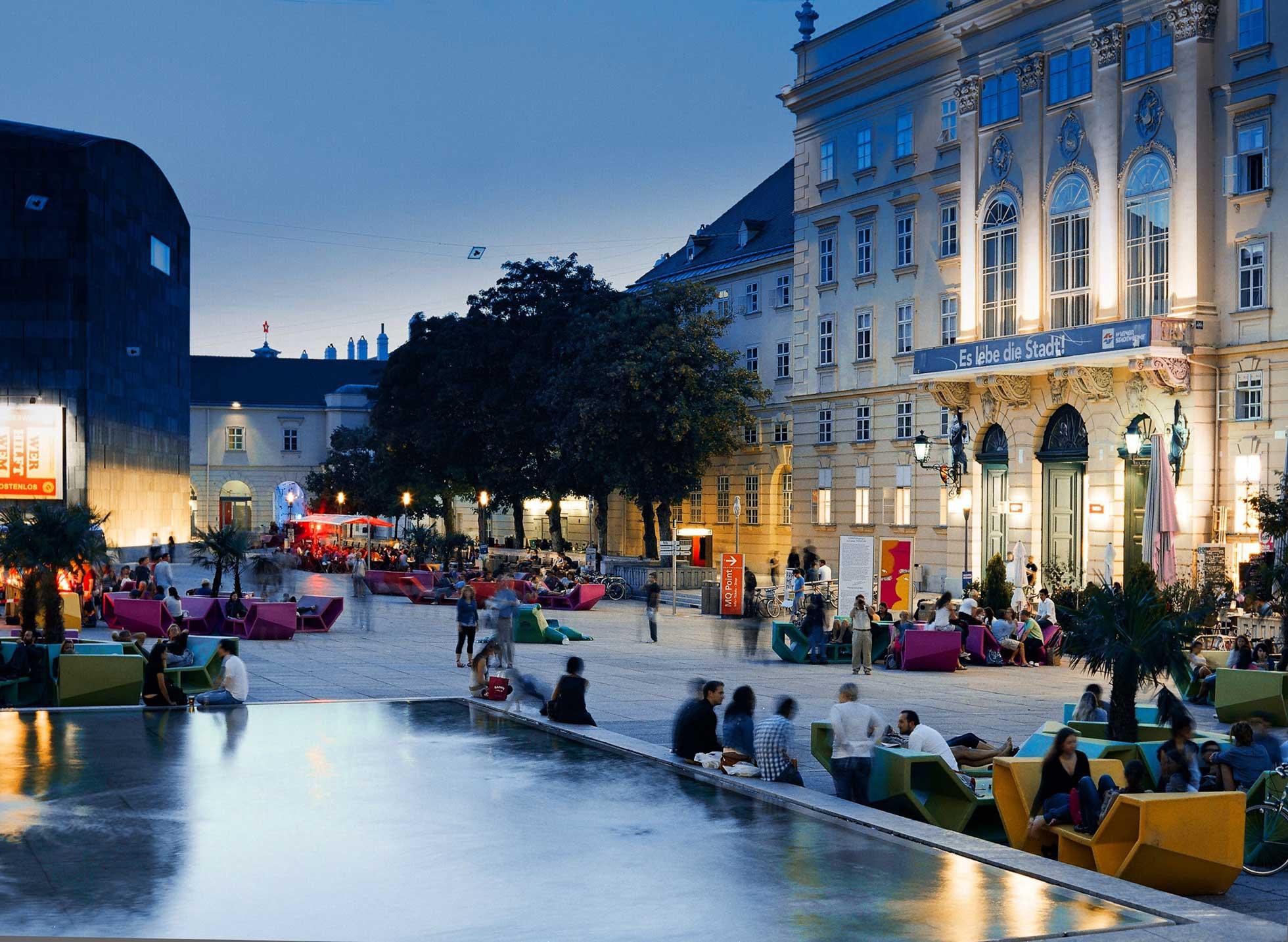 Kvällsmöten i museikvarteren i Wien Österrike