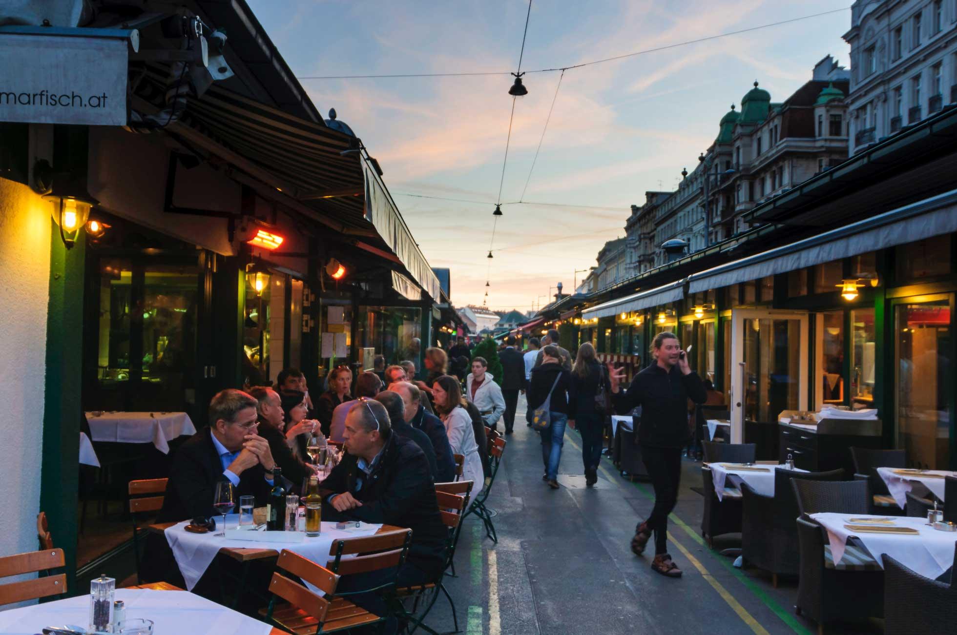 Kvällsliv med uterestauranger under konferensresan till Wien Österrike