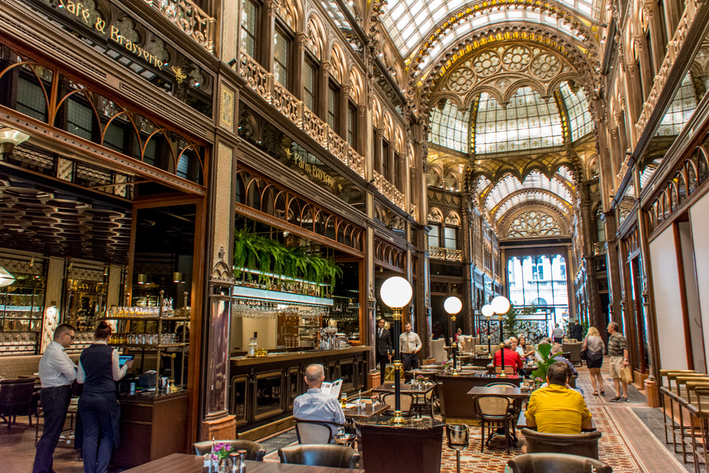 Eleganta Parisi Passage restaurang i Budapest
